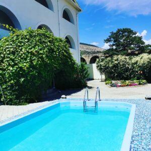 Гостиница с бассейном в Судаке